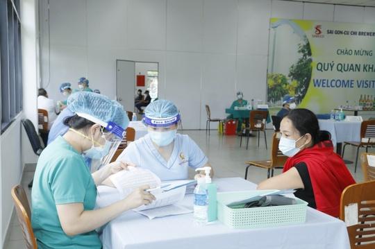 500 công nhân nhà máy bia Sài Gòn ở Củ Chi được tiêm vaccine phòng Covid-19 - Ảnh 3.