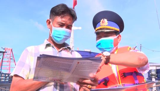 Cảnh sát biển trao cờ Tổ quốc và quà cho ngư dân Hòn Đất - Ảnh 1.