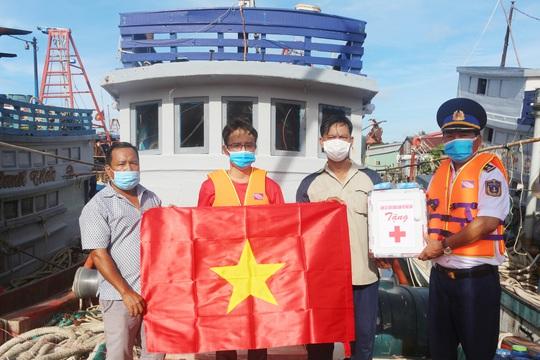 Cảnh sát biển trao cờ Tổ quốc và quà cho ngư dân Hòn Đất - Ảnh 2.
