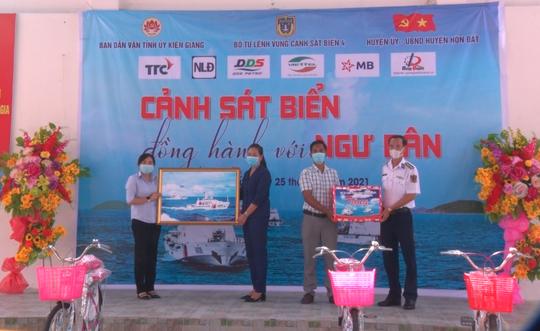 Cảnh sát biển trao cờ Tổ quốc và quà cho ngư dân Hòn Đất - Ảnh 4.