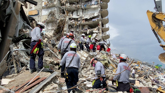 Mỹ: Mong chờ phép mầu sau vụ sập chung cư 12 tầng - Ảnh 1.