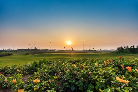Sân golf Sầm Sơn được mở cửa đón khách ngoài tỉnh - Ảnh 1.