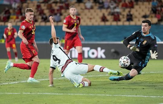 Siêu phẩm Hazard biến Bồ Đào Nha thành cựu vô địch, Bỉ vào tứ kết - Ảnh 1.