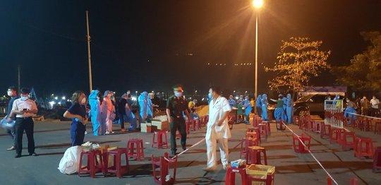 Đà Nẵng xét nghiệm xuyên đêm hơn 1.000 người, liên quan 5 ca nhiễm ở Quảng Ngãi - Ảnh 1.