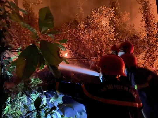 Chưa thể dập tắt hoàn toàn vụ cháy rừng ở Thừa Thiên - Huế - Ảnh 3.