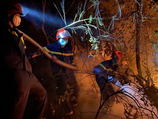 Chưa thể dập tắt hoàn toàn vụ cháy rừng ở Thừa Thiên - Huế - Ảnh 1.