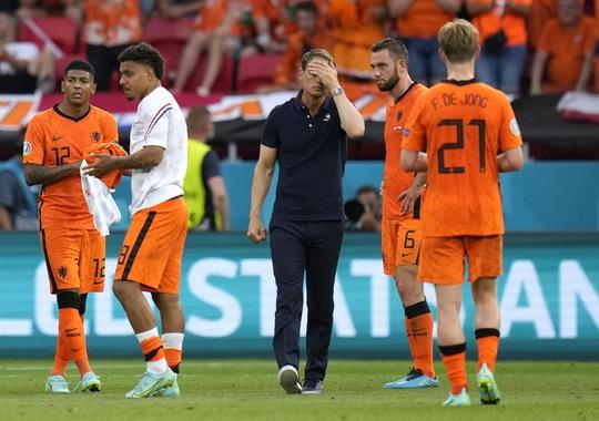 Hà Lan bị loại, KNVB chính thức sa thải HLV Frank de Boer - Ảnh 3.