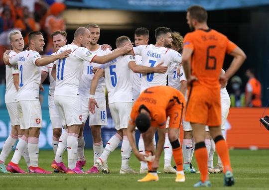 Hà Lan bị loại, KNVB chính thức sa thải HLV Frank de Boer - Ảnh 2.