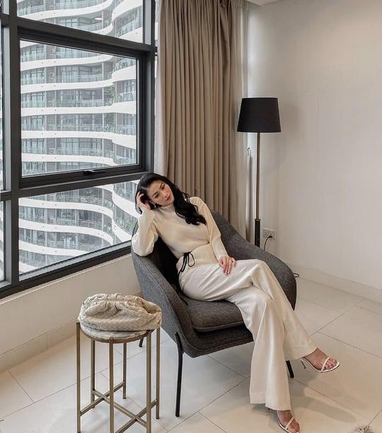 Giãn cách xã hội, mỹ nhân Việt biến nhà thành sàn diễn thời trang - Ảnh 2.