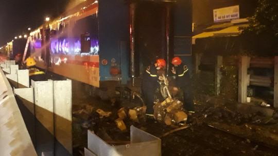 Tàu lửa tuyến Bắc – Nam bất ngờ bốc cháy khi qua địa phận Đà Nẵng - Ảnh 2.