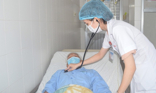 Ăn gói xôi, cụ ông 95 tuổi bị hạt đậu phộng lọt vào phổi 2 tháng - Ảnh 3.