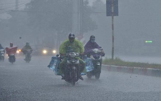 Đầu giờ chiều 7-6, bầu trời Hà Nội bỗng xám xịt kèm mưa lớn - Ảnh 1.