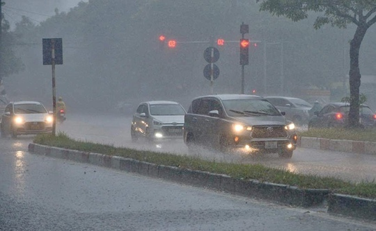 Đầu giờ chiều 7-6, bầu trời Hà Nội bỗng xám xịt kèm mưa lớn - Ảnh 2.