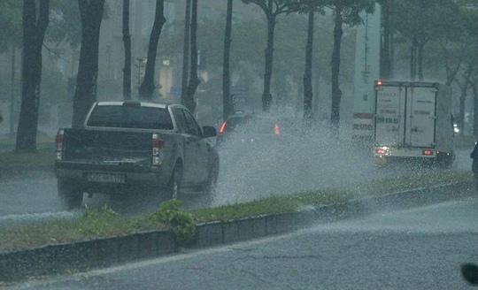 Đầu giờ chiều 7-6, bầu trời Hà Nội bỗng xám xịt kèm mưa lớn - Ảnh 3.