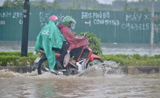 Đầu giờ chiều 7-6, bầu trời Hà Nội bỗng xám xịt kèm mưa lớn - Ảnh 9.