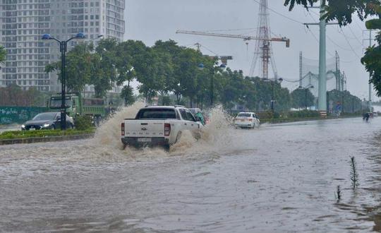 Đầu giờ chiều 7-6, bầu trời Hà Nội bỗng xám xịt kèm mưa lớn - Ảnh 5.