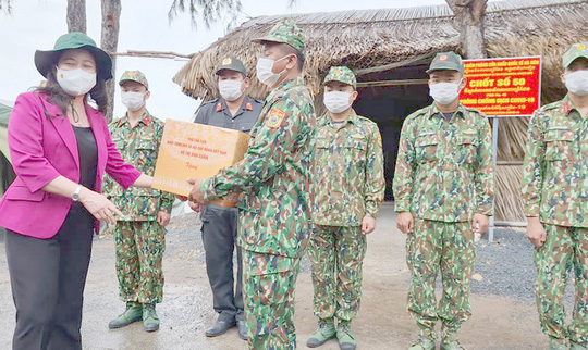 Phó Chủ tịch nước thăm và tặng quà các chiến sĩ biên phòng Kiên Giang - Ảnh 5.