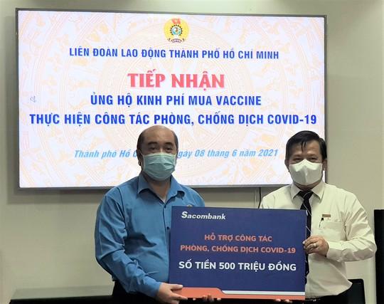 Ủng hộ 800 triệu đồng mua vắc-xin cho người lao động - Ảnh 1.