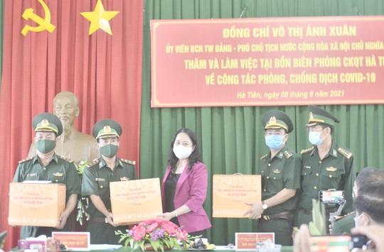 Phó Chủ tịch nước thăm và tặng quà các chiến sĩ biên phòng Kiên Giang - Ảnh 7.