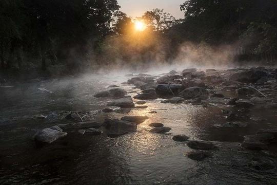 Dòng sông nước sôi 97 độ C trong rừng mưa Amazon - Ảnh 1.