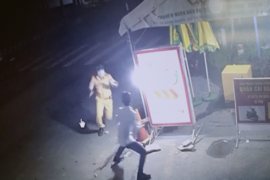 Né chốt kiểm dịch để đi nhậu, gã trai còn tấn công cảnh sát giao thông - Ảnh 2.