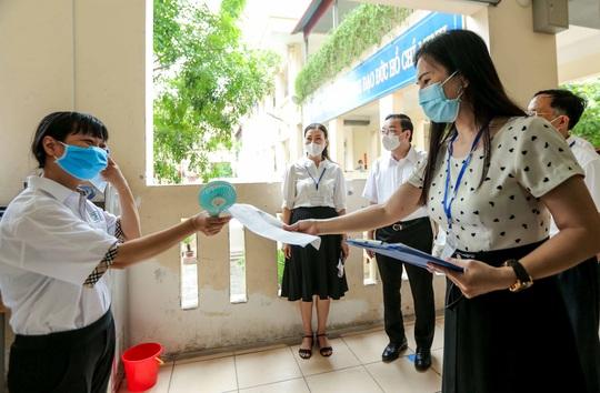 CLIP: Chủ tịch UBND TP Hà Nội kiểm tra trước kỳ thi tốt nghiệp THPT năm 2021 - Ảnh 11.