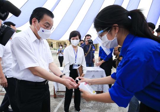 CLIP: Chủ tịch UBND TP Hà Nội kiểm tra trước kỳ thi tốt nghiệp THPT năm 2021 - Ảnh 6.