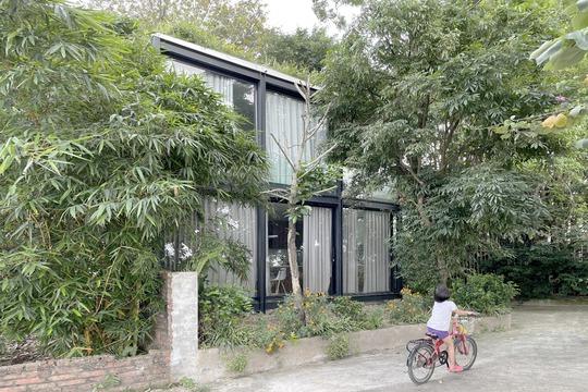 Ngôi nhà nhỏ trong suốt ở Hà Nội, hướng thẳng ra sông Hồng - Ảnh 1.