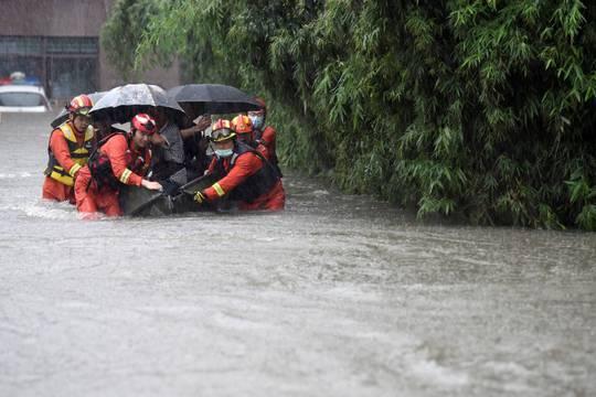 Mưa như trút nước, Trung Quốc hứng chịu lũ lụt diện rộng - Ảnh 4.