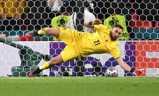 Lạ lùng Euro 2020: Hai thủ môn được tôn vinh xuất sắc nhất - Ảnh 3.