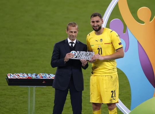 Lạ lùng Euro 2020: Hai thủ môn được tôn vinh xuất sắc nhất - Ảnh 4.