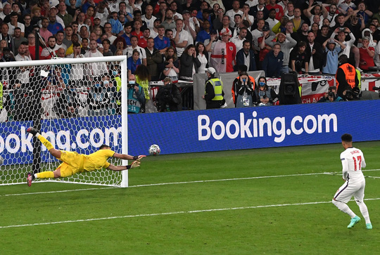 Lạ lùng Euro 2020: Hai thủ môn được tôn vinh xuất sắc nhất - Ảnh 1.