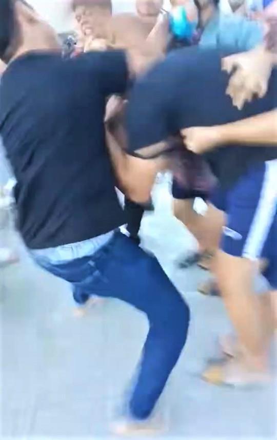 CLIP: Bị đánh hội đồng vì chạy xe tông trúng chó thả rông - Ảnh 2.