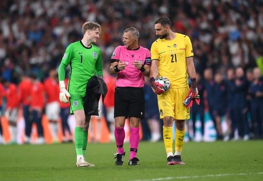 Lạ lùng Euro 2020: Hai thủ môn được tôn vinh xuất sắc nhất - Ảnh 5.