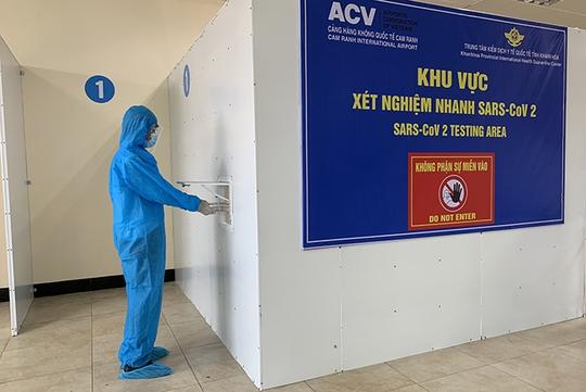 Khánh Hòa: Miễn phí xét nghiệm SAR-CoV-2 cho khách tại Sân bay Cam Ranh - Ảnh 1.
