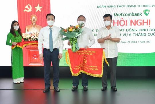 """Vietcombank quyết tâm hoàn thành """"nhiệm vụ kép"""" trong 6 tháng cuối năm - Ảnh 4."""