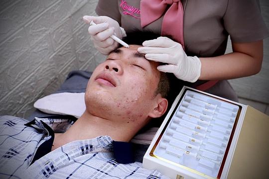 Bệnh nhân nhiều mụn được điều trị bằng quang động học có thoa hoạt chất từ Hàn Quốc - Ảnh 4.