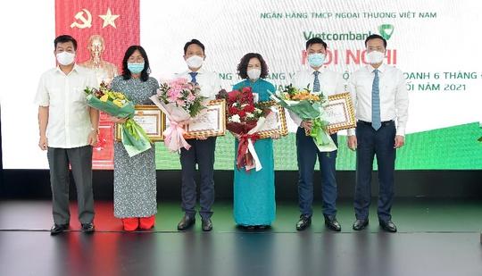 """Vietcombank quyết tâm hoàn thành """"nhiệm vụ kép"""" trong 6 tháng cuối năm - Ảnh 5."""