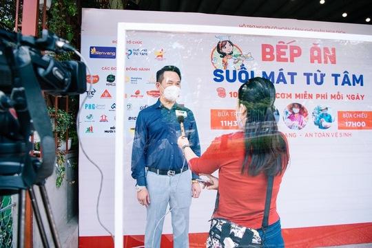 Hội Doanh nhân trẻ Việt Nam nấu hàng ngàn suất ăn cho tuyến đầu chống dịch và người nghèo - Ảnh 1.