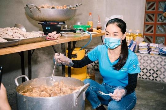 Hội Doanh nhân trẻ Việt Nam nấu hàng ngàn suất ăn cho tuyến đầu chống dịch và người nghèo - Ảnh 2.