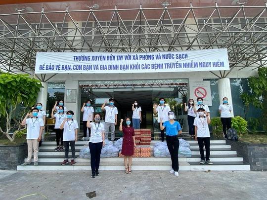 Hội Doanh nhân trẻ Việt Nam nấu hàng ngàn suất ăn cho tuyến đầu chống dịch và người nghèo - Ảnh 3.