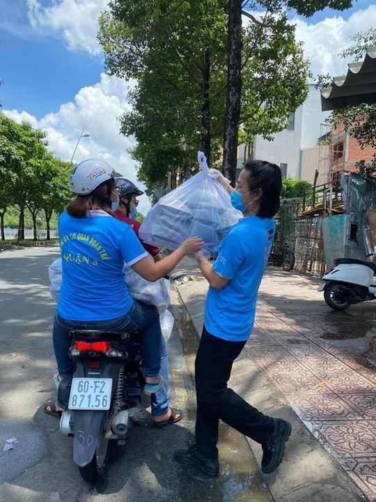 Hội Doanh nhân trẻ Việt Nam nấu hàng ngàn suất ăn cho tuyến đầu chống dịch và người nghèo - Ảnh 4.