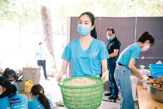 Hội Doanh nhân trẻ Việt Nam nấu hàng ngàn suất ăn cho tuyến đầu chống dịch và người nghèo - Ảnh 7.