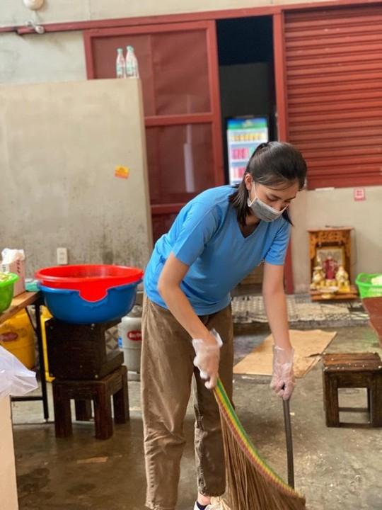 Hội Doanh nhân trẻ Việt Nam nấu hàng ngàn suất ăn cho tuyến đầu chống dịch và người nghèo - Ảnh 5.