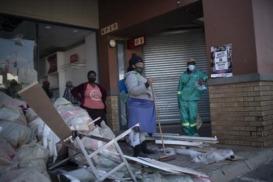 Bạo loạn Nam Phi: Ít nhất 117 người chết, hàng chục ngàn binh sĩ xuất quân - Ảnh 4.