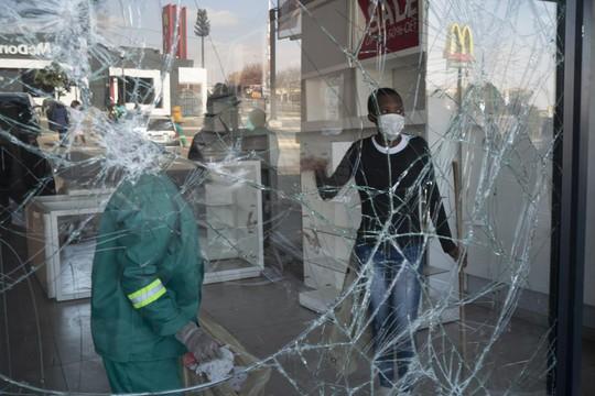 Bạo loạn Nam Phi: Ít nhất 117 người chết, hàng chục ngàn binh sĩ xuất quân - Ảnh 5.