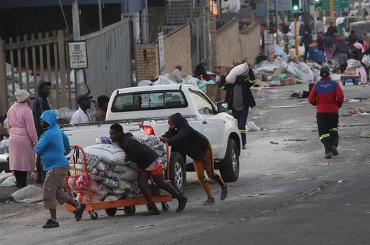 Bạo loạn Nam Phi: Ít nhất 117 người chết, hàng chục ngàn binh sĩ xuất quân - Ảnh 7.