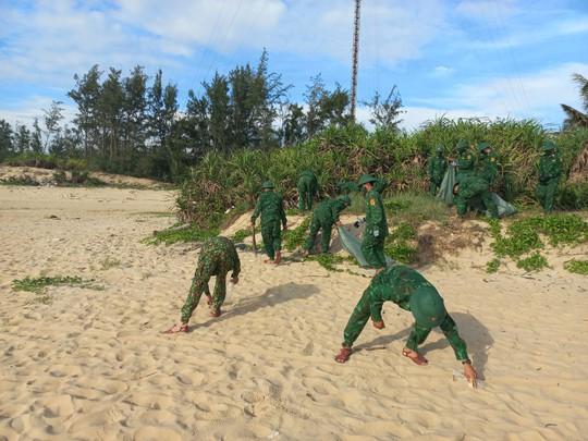 Trao thêm 1.000 lá cờ Tổ quốc cho ngư dân tỉnh Quảng Nam - Ảnh 7.