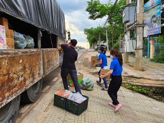 """""""Chuyến xe nghĩa tình"""" từ tỉnh biên giới """"trợ lực"""" tuyến đầu chống dịch ở Sài Gòn - Ảnh 1."""