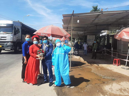 Cô dâu Quảng Nam, chú rể Đà Nẵng trao sính lễ tại chốt kiểm dịch - Ảnh 3.
